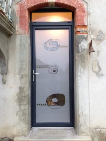 Porte d'entrée sur-mesure avec votre menuisier proche Balma